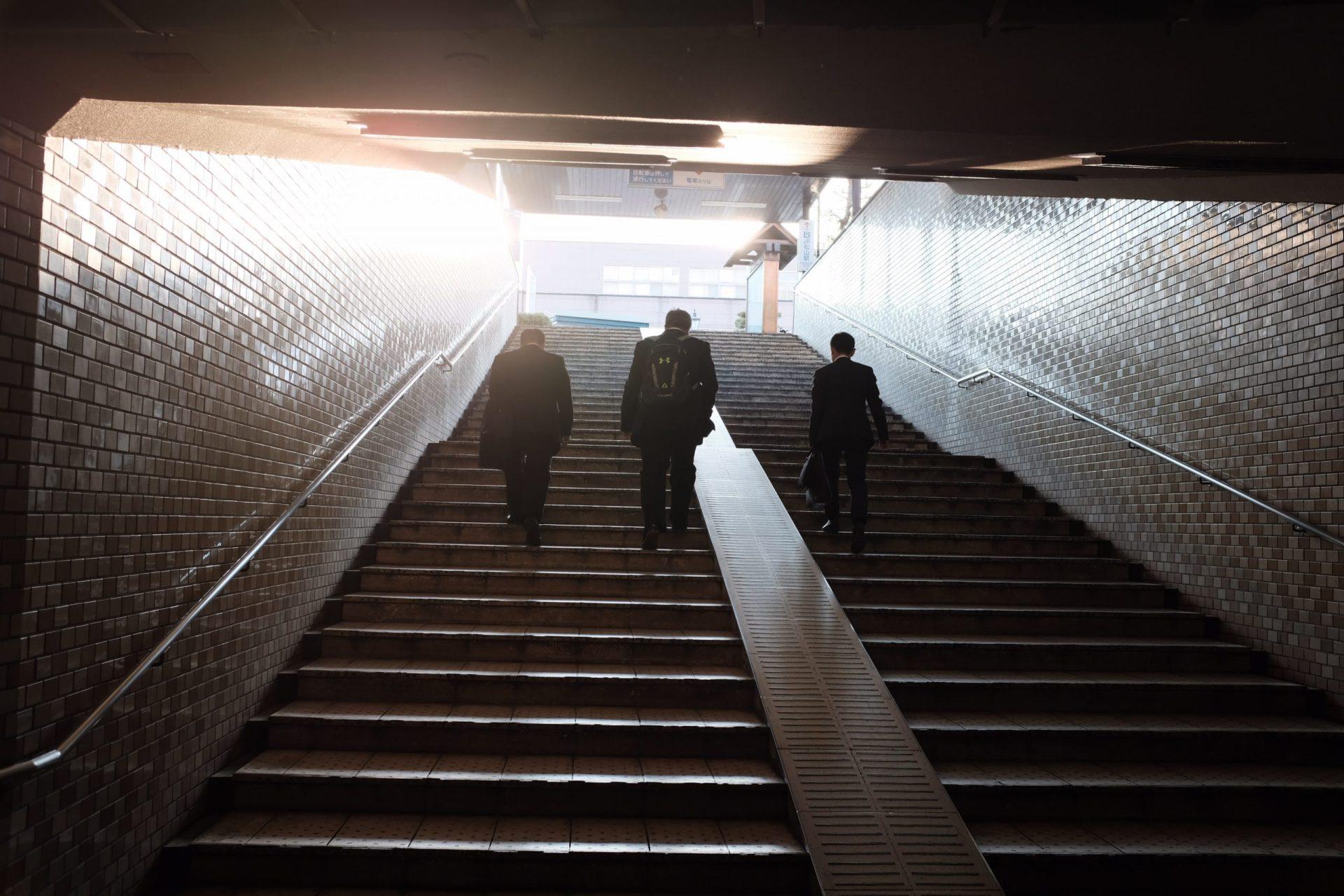 businessman-dans-les-escaliers-du-metro